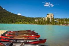 Canoës sur une jetée chez Lake Louise en parc national de Banff, Canada image stock