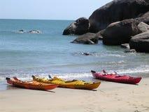 Canoës sur une plage 2 Images libres de droits