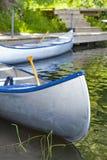 Canoës vides par la rivière photographie stock