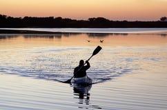 Canoísta em um lago Imagem de Stock