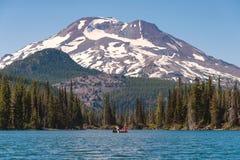 Canoístas no lago sparks na floresta nacional de Deschutes com sul Foto de Stock