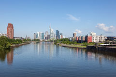 Cano principal de rio e skyline de Francoforte Fotos de Stock Royalty Free