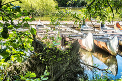 Canoë près d'un quai Photos libres de droits