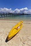 Canoa ad una spiaggia con i cieli blu Fotografie Stock
