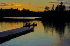 Canoa al tramonto, lago del sawbill, mn fotografia stock