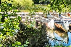 Canoa ao lado de um cais Fotos de Stock Royalty Free