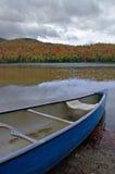 Canoa azul na praia Imagem de Stock Royalty Free