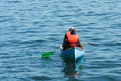 Canoa azul verde alaranjada Fotos de Stock Royalty Free