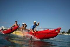 Canoa che pratica il surfing in Hawai Immagini Stock Libere da Diritti