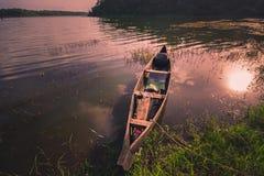 Canoa che riposa nel lago Sasthamcotta immagini stock