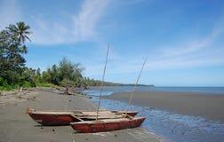 Canoa da navigação na praia Papuá-Nova Guiné Fotos de Stock