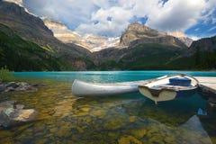 Canoa de alumínio e um barco Fotos de Stock
