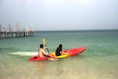Canoa de la paleta de los turistas en felicidad Fotografía de archivo