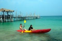 Canoa de la paleta de los turistas en felicidad Fotos de archivo libres de regalías
