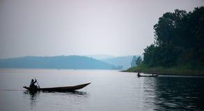 canoa de madeira africana para fora escavada imagem de stock