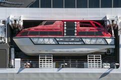 Canoa de salvação de um forro grande do cruzeiro no oceano Fotos de Stock Royalty Free