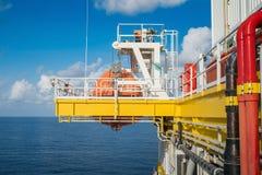 Canoa de salvação na estação de agrupamento na plataforma de petróleo e gás a pouca distância do mar imagens de stock royalty free