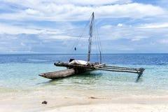 Canoa de soporte vieja en la orilla de South Pacific Imagen de archivo libre de regalías