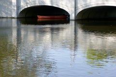 Canoa debajo del puente Imágenes de archivo libres de regalías