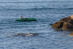 Canoa del giovane nel mare Immagine Stock