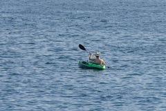 Canoa del giovane nel mare Fotografia Stock