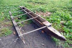 Canoa del legname alla spiaggia Fotografia Stock