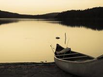 Canoa dell'annata sul lago Immagini Stock