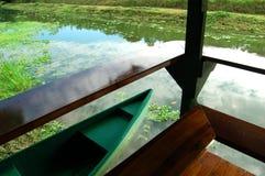 Canoa della riva del fiume Fotografia Stock Libera da Diritti