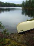Canoa della riva del lago Fotografia Stock