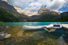 Canoa di alluminio e una barca Fotografie Stock