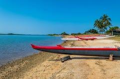 Canoa di intelaiatura di base della gru della spiaggia di Makaha Immagini Stock