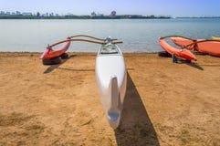 Canoa di intelaiatura di base della gru della spiaggia di Makaha Immagine Stock Libera da Diritti