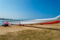 Canoa di intelaiatura di base della gru della spiaggia di Makaha Fotografie Stock Libere da Diritti