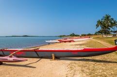 Canoa di intelaiatura di base della gru della spiaggia di Makaha Immagine Stock