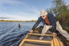 Canoa di lancio su un lago Fotografia Stock