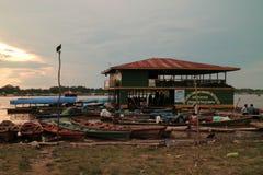 Canoa di legno nel porto fluviale fotografia stock