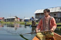Canoa di legno di sampan del Myanmar in canale immagine stock libera da diritti