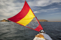 Canoa di navigazione su un lago Fotografie Stock Libere da Diritti