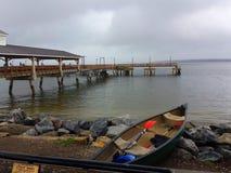 Canoa e cais Imagem de Stock Royalty Free