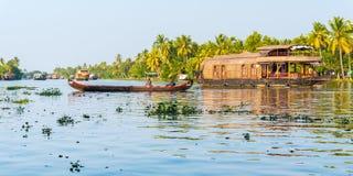 Canoa e casas flutuantes nas marés, Kerala, Índia Fotos de Stock Royalty Free