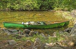 Canoa em uma costa remota do lago foto de stock