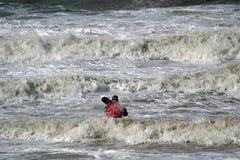Canoa en agua salvaje Fotos de archivo libres de regalías