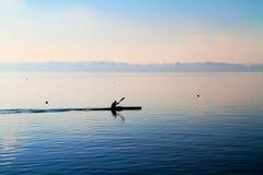 Canoa en el lago imagenes de archivo