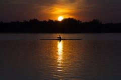 Canoa en el lago en la puesta del sol Fotografía de archivo