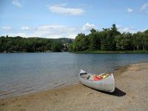 Canoa en el lago en Ontario norteño Fotografía de archivo libre de regalías