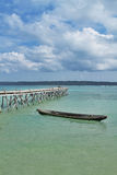 Canoa en el mar y el puente Fotografía de archivo