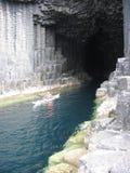Canoa en la cueva de Fingals, isla de Staffa Imagenes de archivo