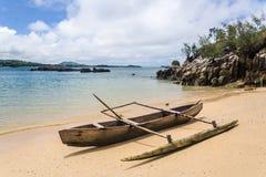 Canoa en la playa Fotografía de archivo libre de regalías