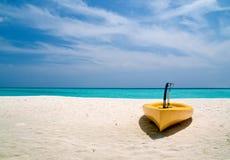 Canoa en la playa Fotos de archivo