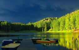 Canoa en la puesta del sol Imagenes de archivo
